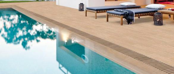 Suelos antideslizantes en el entorno de la piscina
