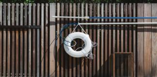 aro flotador de seguridad junto a piscina